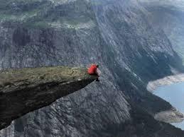 Uçurumdur düşünen insanın önü…